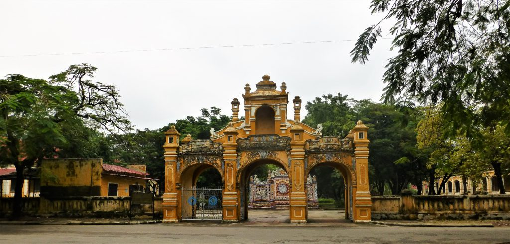 I did a tour on the outside too, just to see those gates. Not much else to see on that outside though....just Hue life in the streets of Hue.. And I did love that too!!