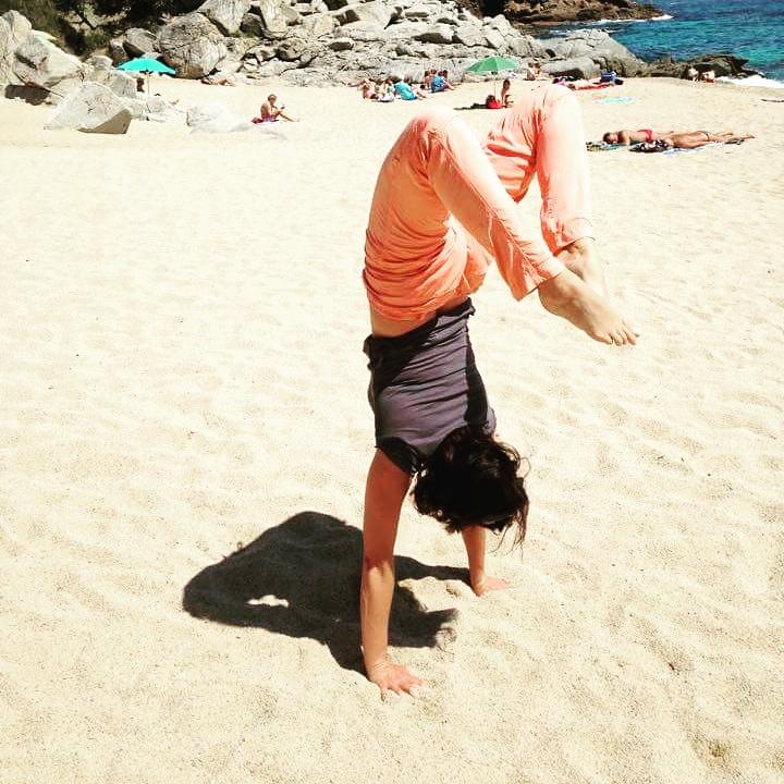 Handstand op het strand van Spanje