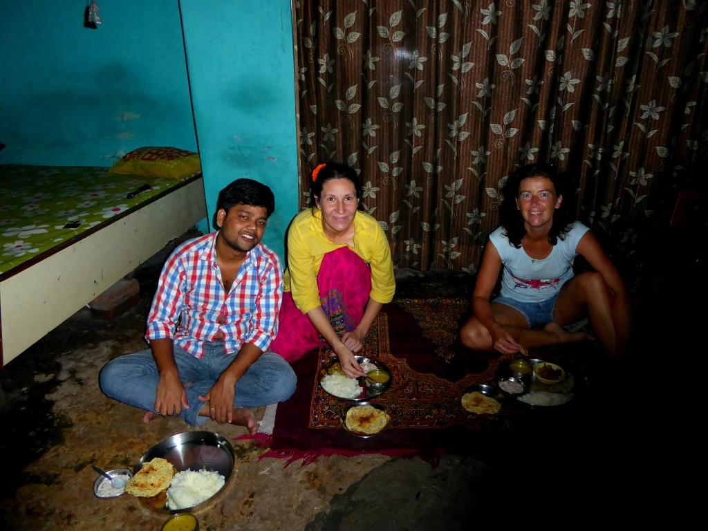 Eating on the livingroom floor - Cookingclass, Varanasi