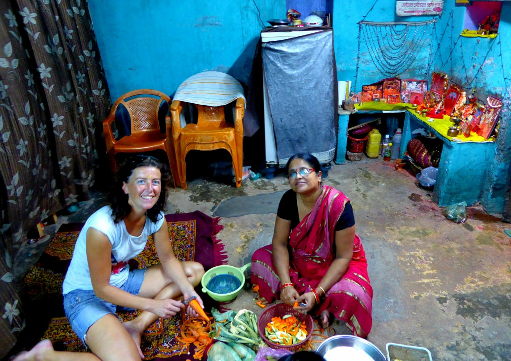 Groente snijden op de grond, Lokale Kookles - Varanasi